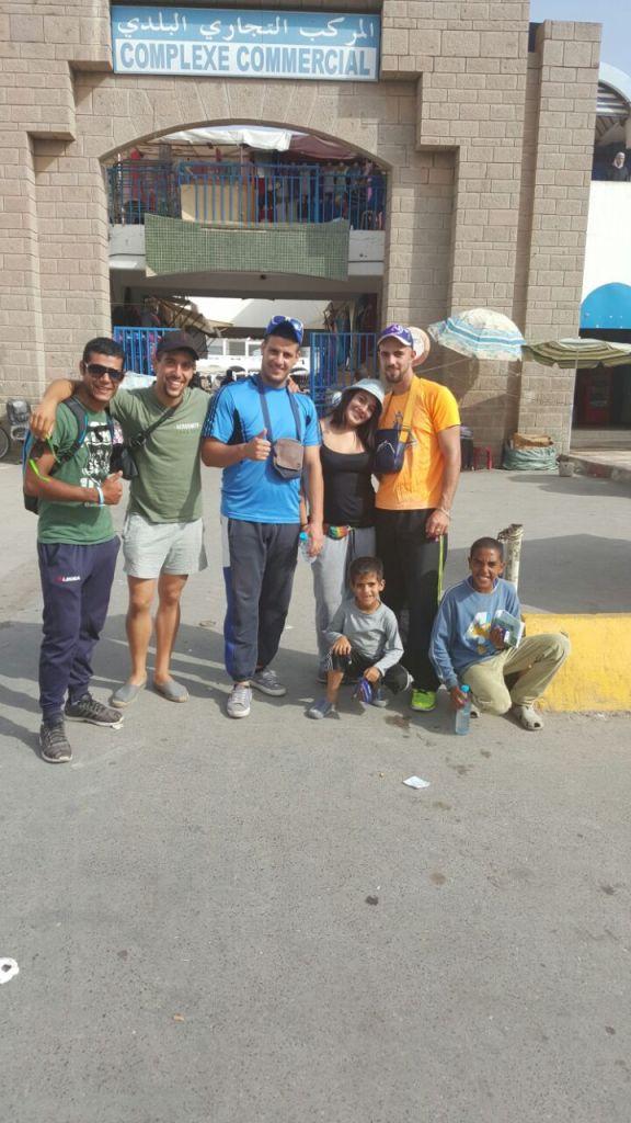 Luca, IZQ. Con mis amigos un par de granujillas autoctonos y yo, en el Zoco de Nador.